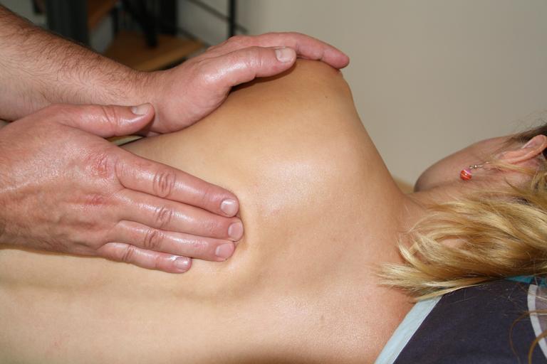 ruky masírujú ležiacu ženu, masáž.jpg