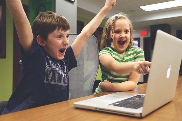 děti hrající na počítač.jpg