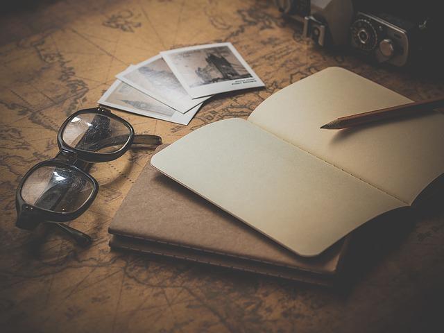 Okuliare, zápisník, fotoaparát.jpg