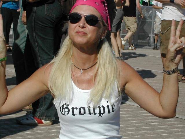 Žena s bielym tielkom Groupie, festival