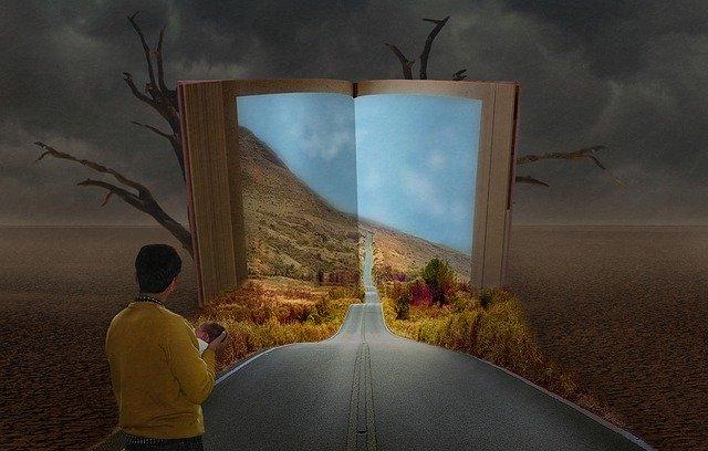 Človek stojí uprostred púšte, na asfaltovej ceste a pred nm sa otvára krajina.jpg