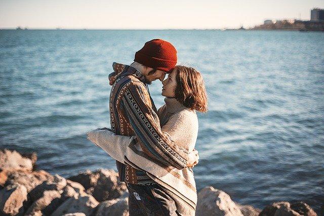Zamilovaný pár pri vode, skaly.jpg