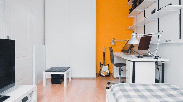 Malá spálňa s malou posteľou a televízorom.jpg