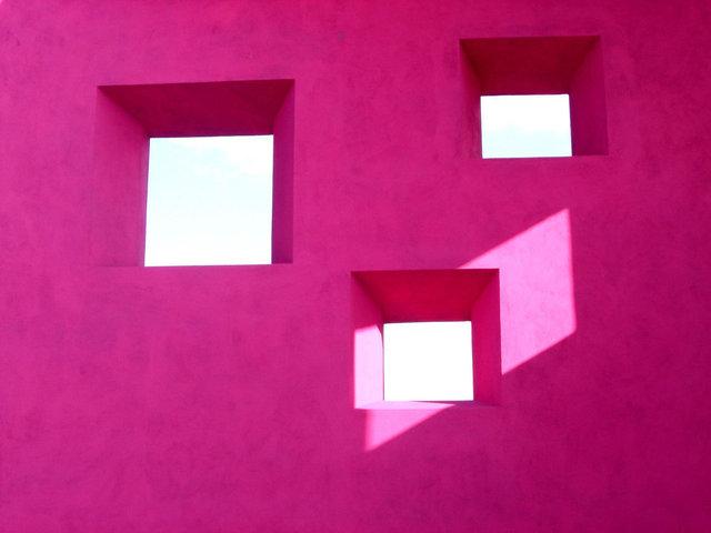 Fialová stena, výrezy pre okná